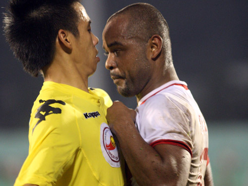 Note to Nguyen Rodrigo: If you have to grab a man, make sure to see him eye to eye.